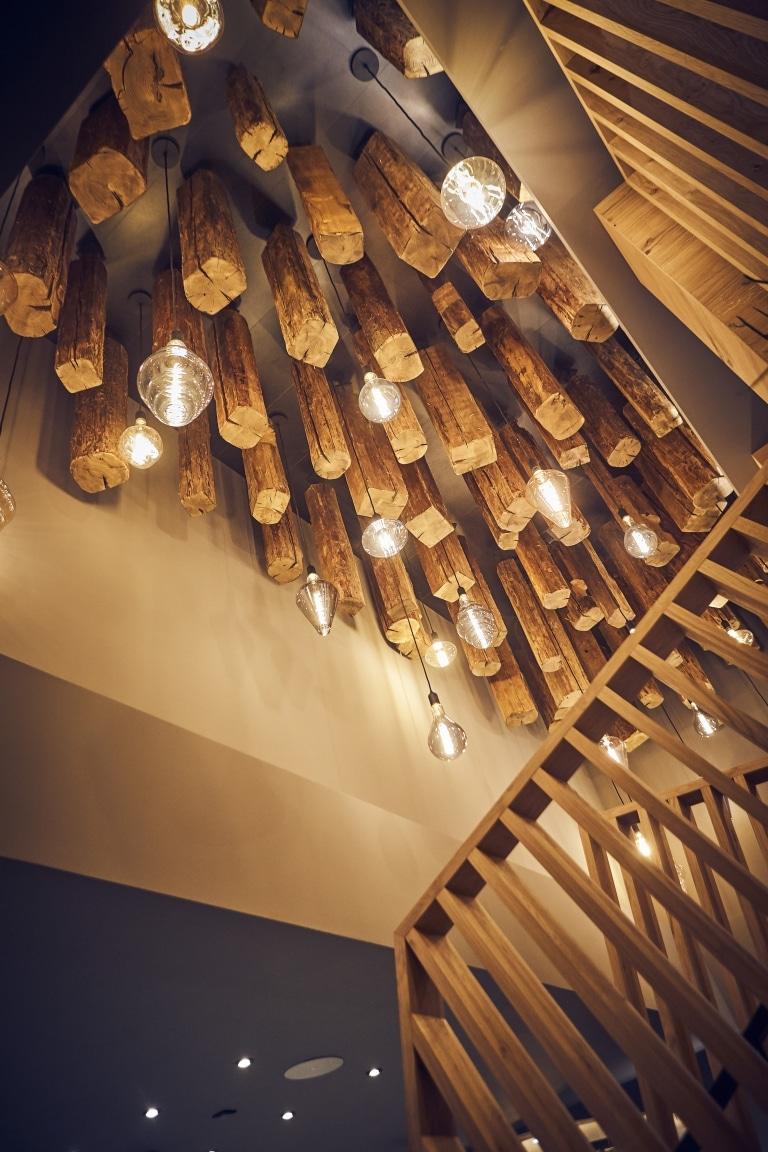 Blick auf die Deckenbeleuchtung mit Holzelementen und Lampen