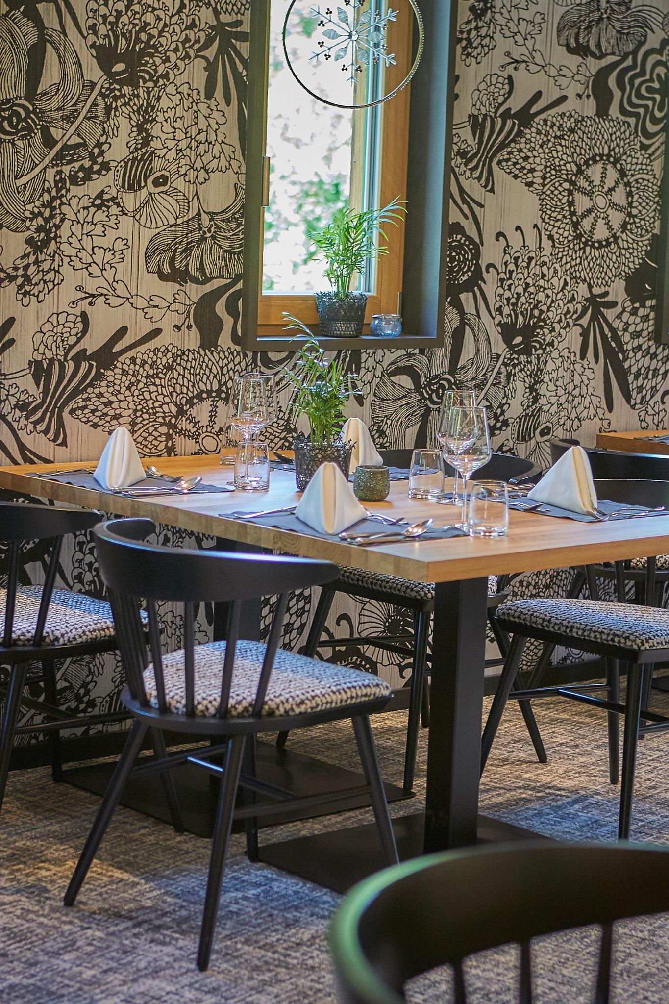 Ein gedeckter Tisch in dunklem modernen Design, der gedeckt ist.