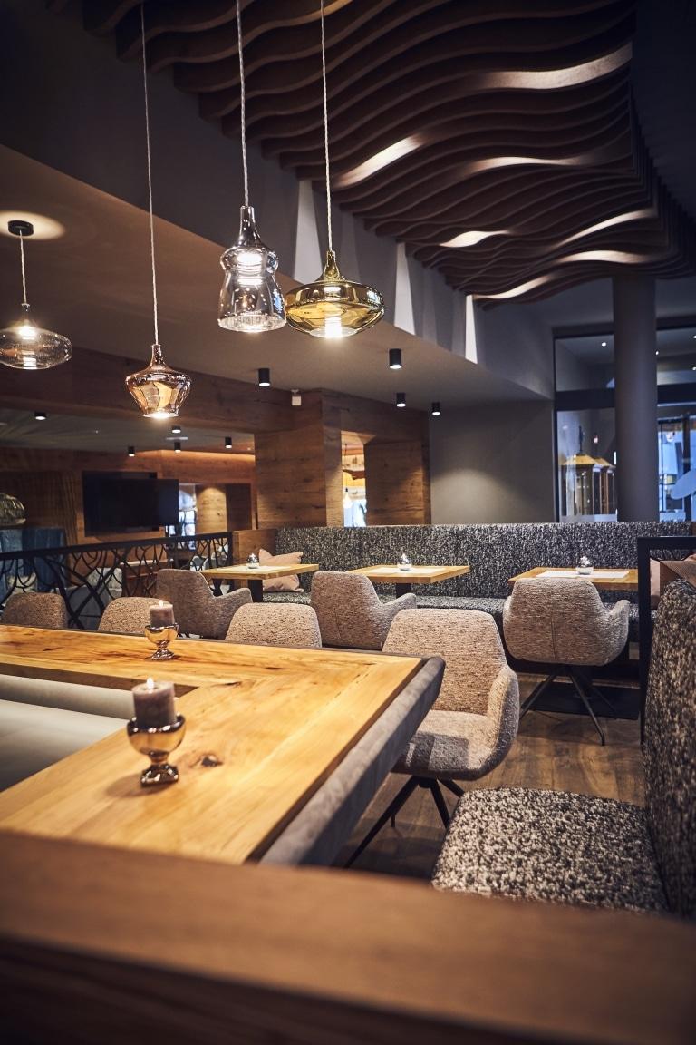 Unser Bar-Bereich mit gemütlichen Sesseln, Eckbänken und Tischen