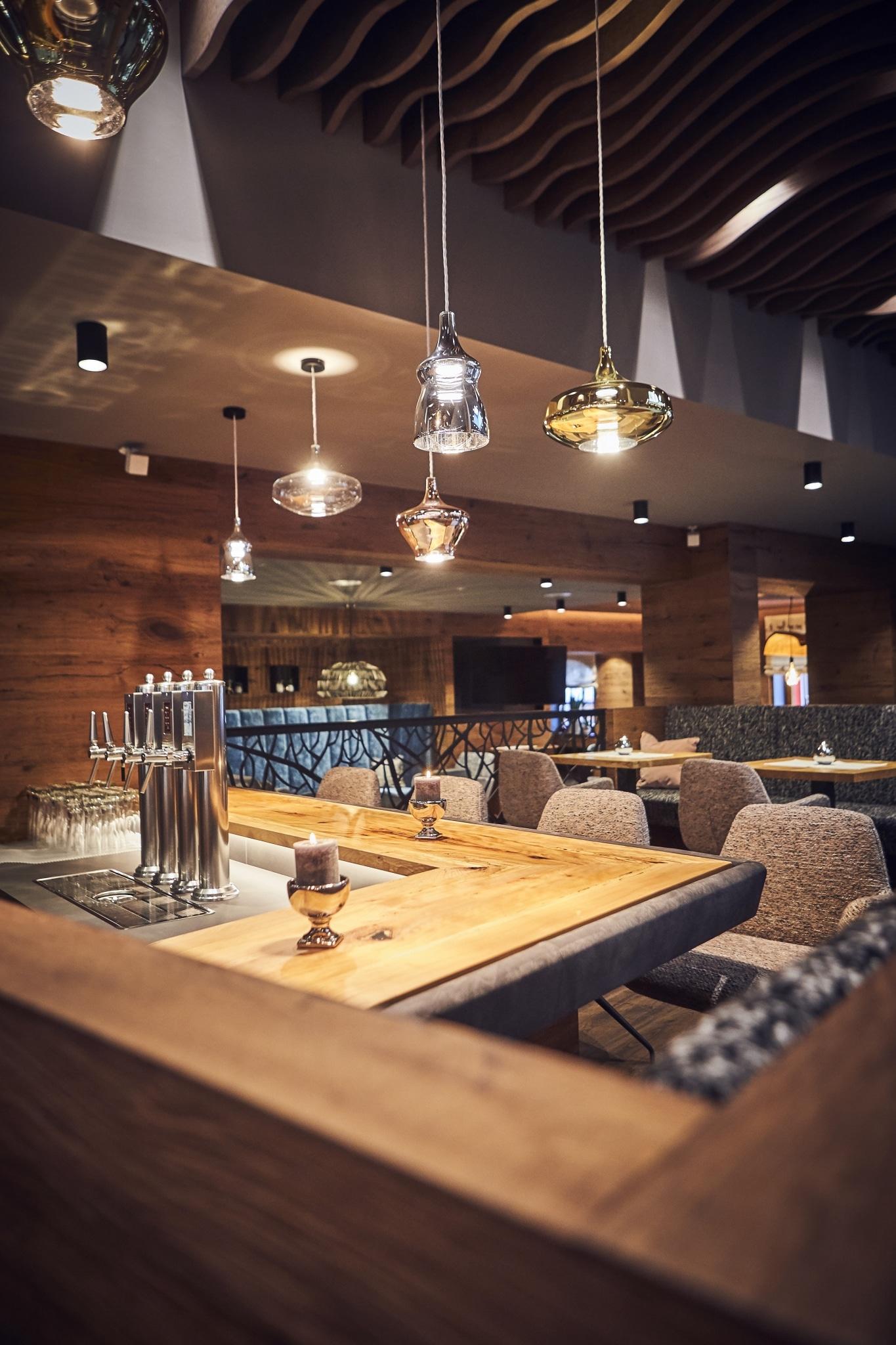 Unsere Bar mit verschiedenen Stühlen und Tischen im Hintergrund