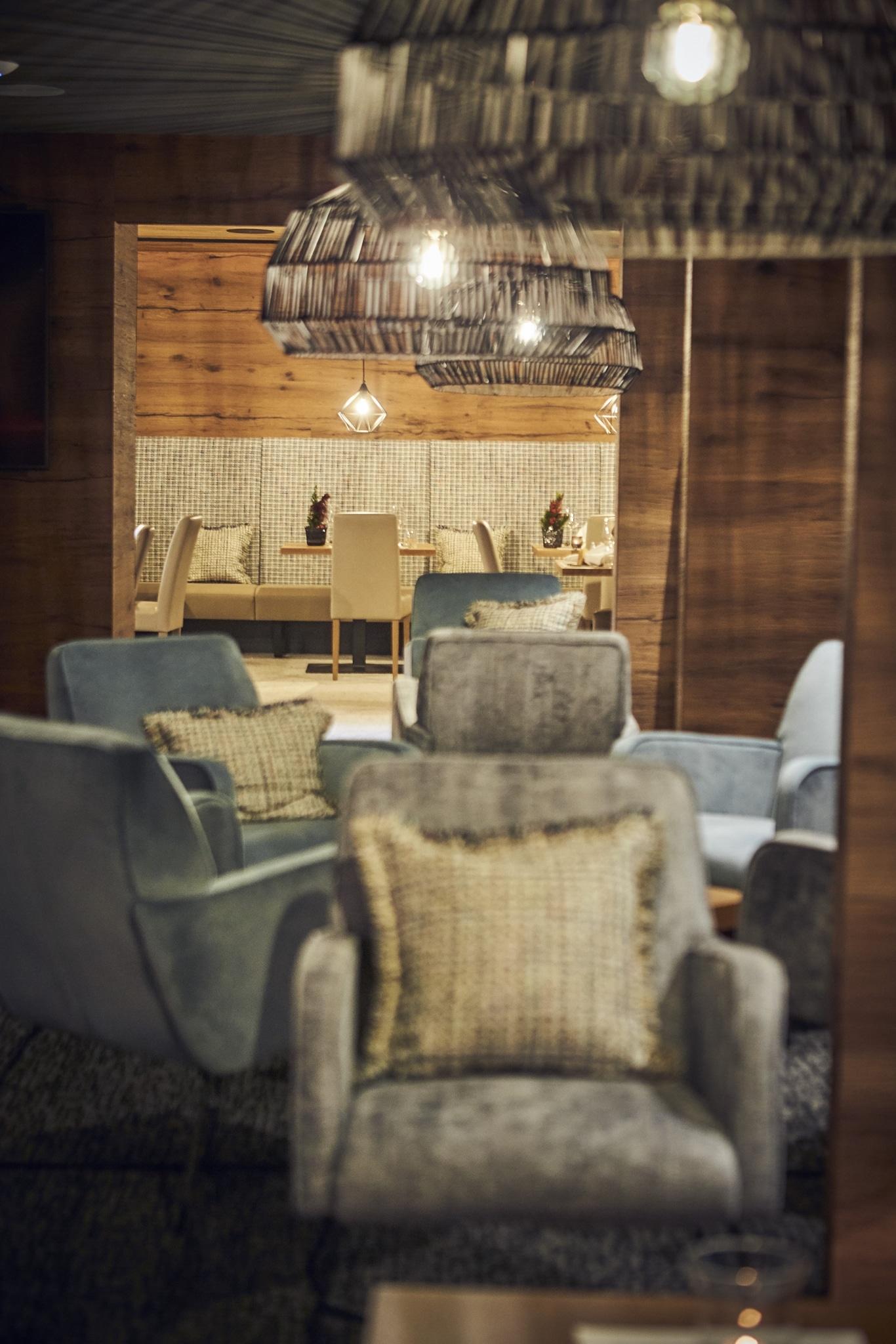 Unser Speisesaal scharf im Hintergrund und unser Loungebereich unscharf im Vordergrund