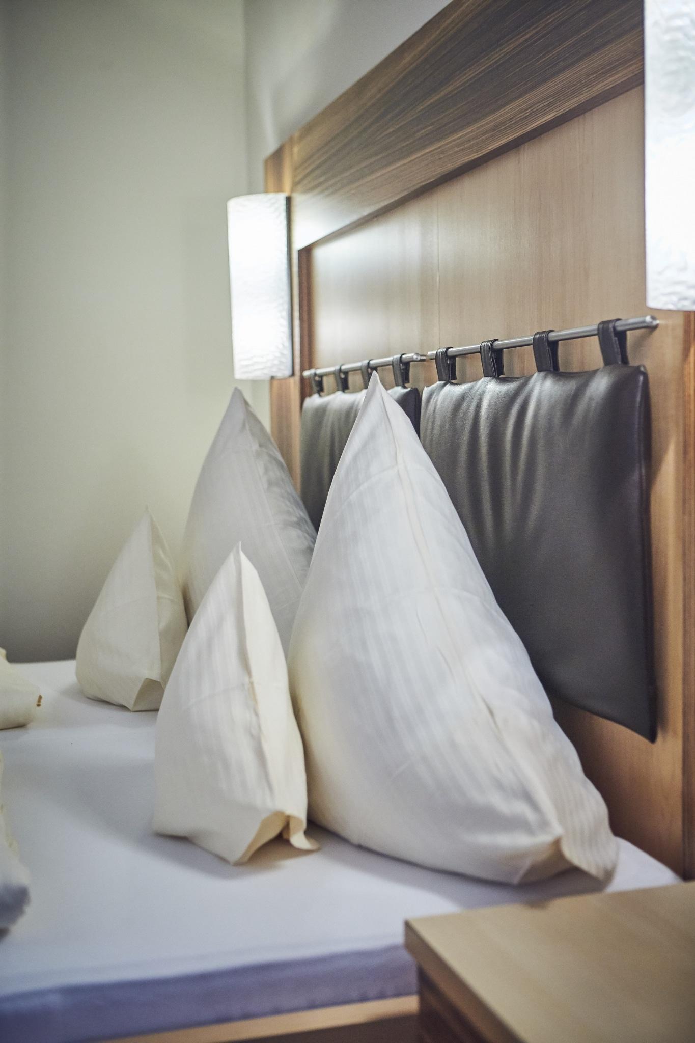 Nahaufnahme von zwei Kopfpölstern in einem Bett
