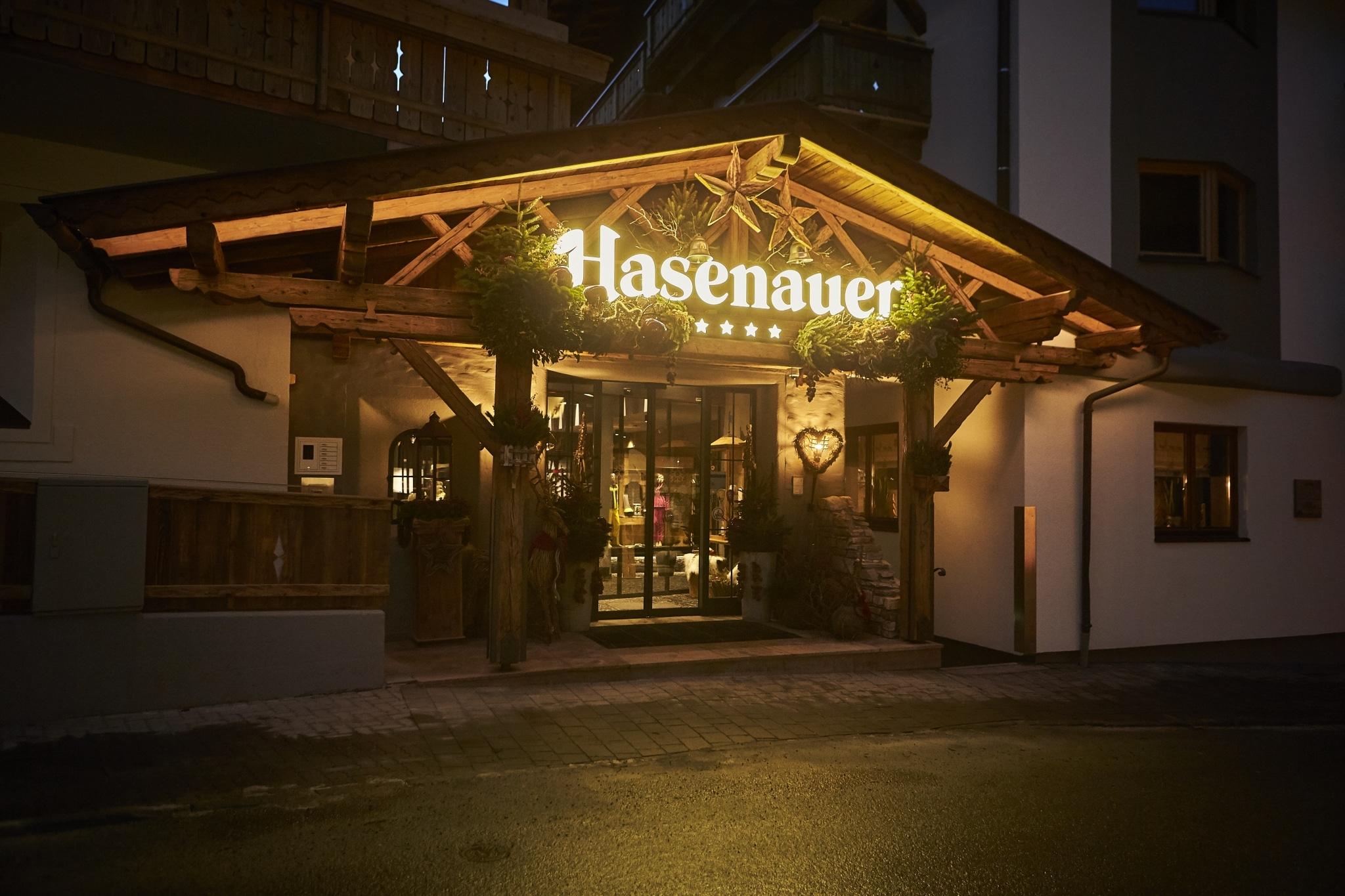 Der Eingangsbereich vom Hotel Hasenauer mit Winterdekoration geschmückt
