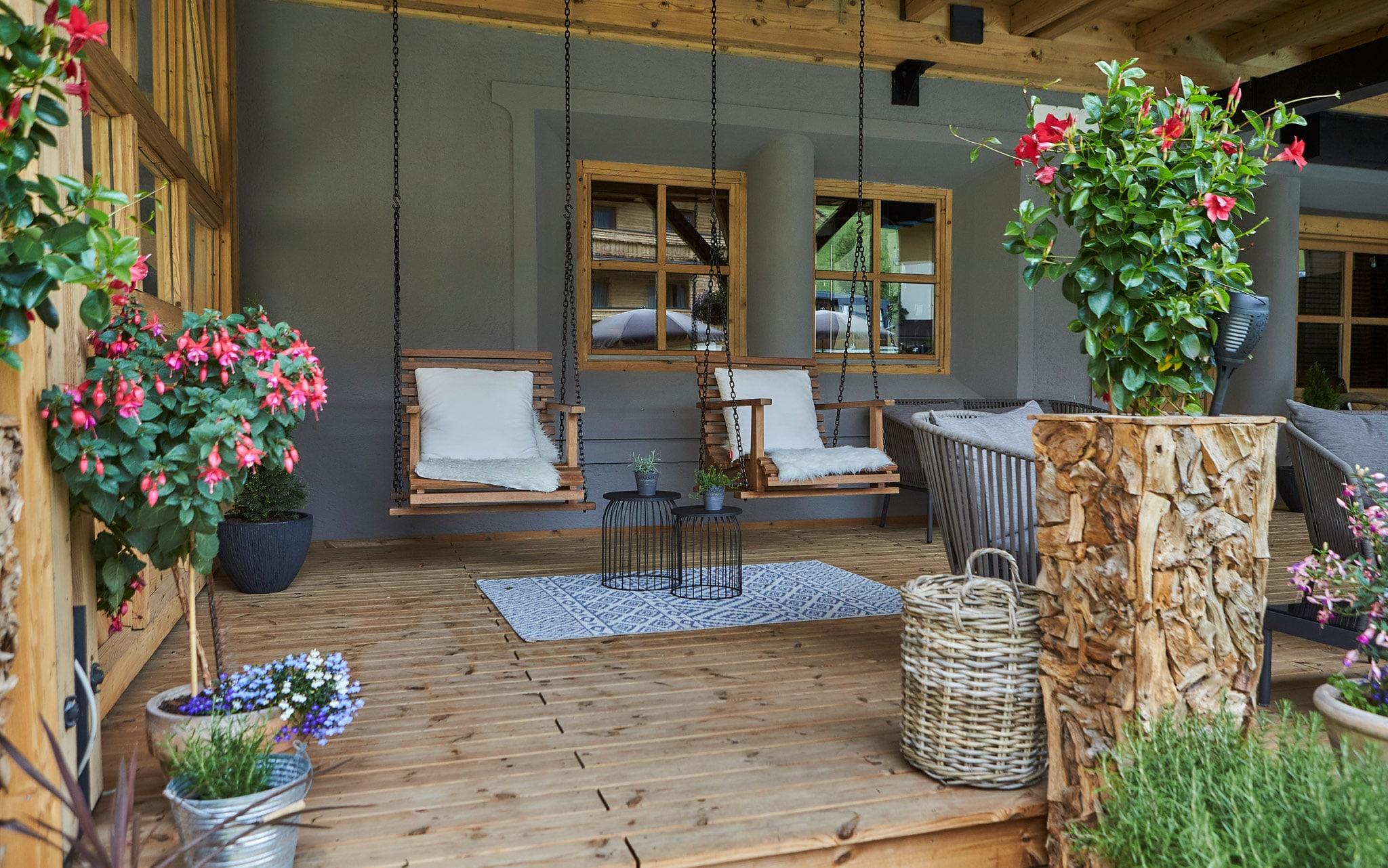 Zwei gemütliche Stühle hängen auf der Terrasse
