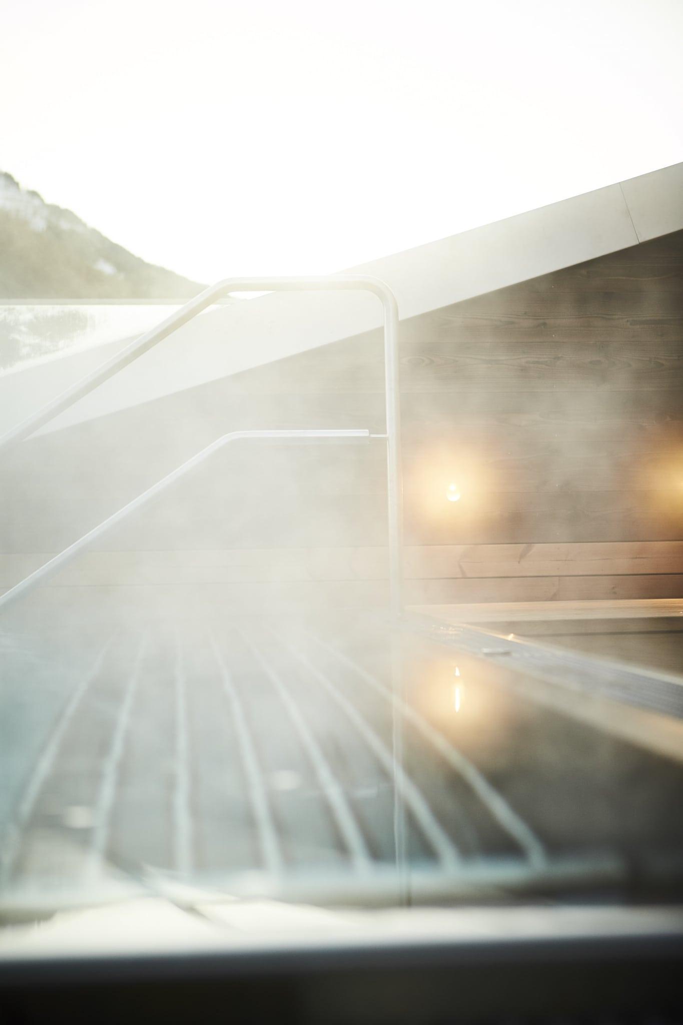 Dampf steigt vom Außenwhirlpool auf