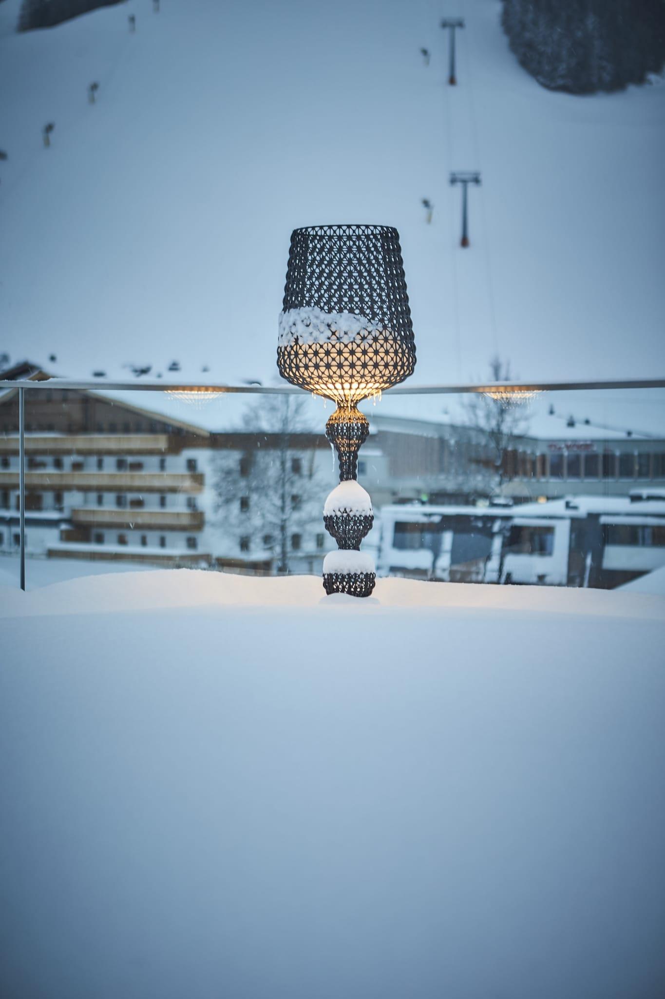 Eine leuchtende Stehlampe auf der Dachterrasse vom Hotel Hasenauer.