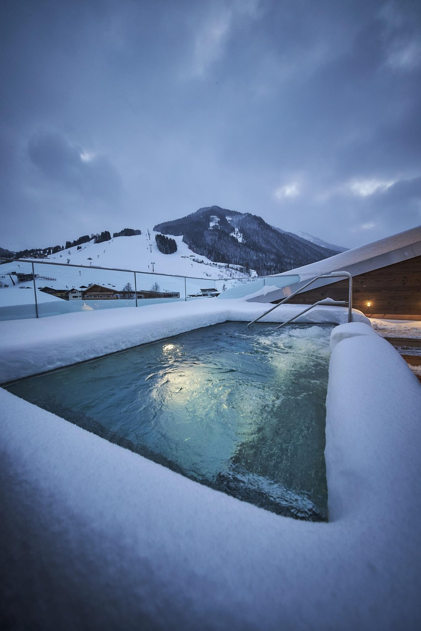 Der beheizt Außenwhirlpool auch der Dachterrasse mit Ausblick in Skigebiet