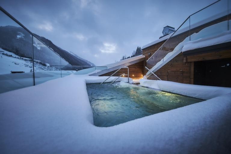 Der beheizte Außenwhirlpool mit Schnee