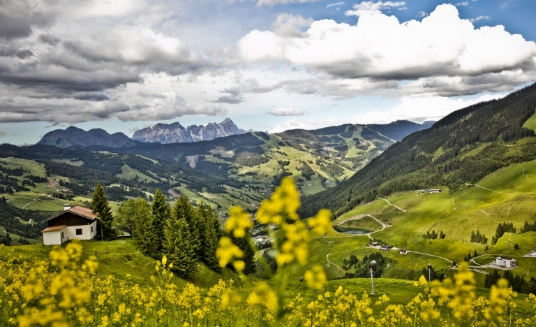 Ein Ausblick vom Berg aus in die weite Landschaft des Glemmtales
