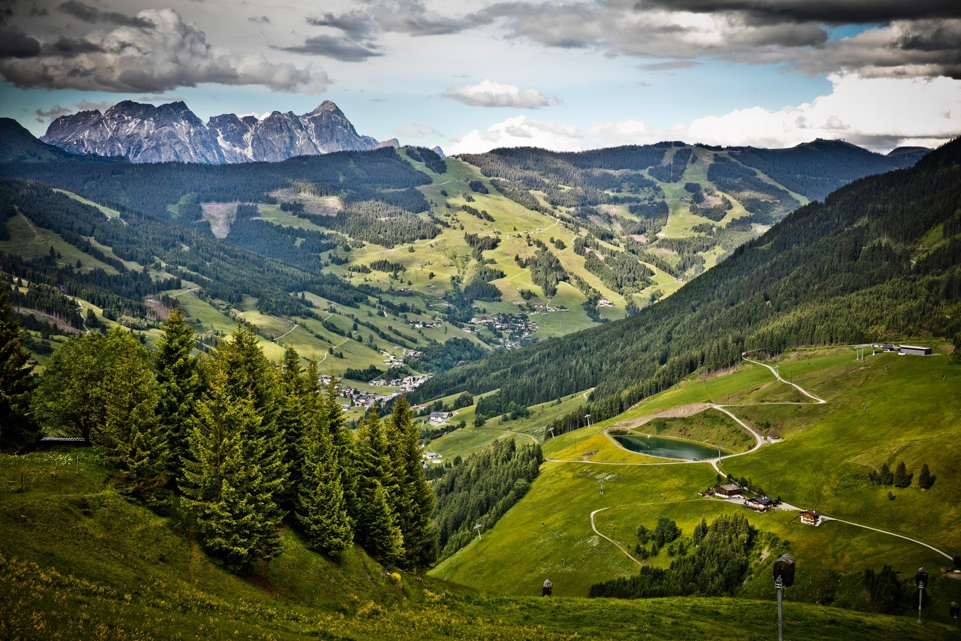 Ein Ausblick vom Berg aus auf das Dorf Hinterglemm
