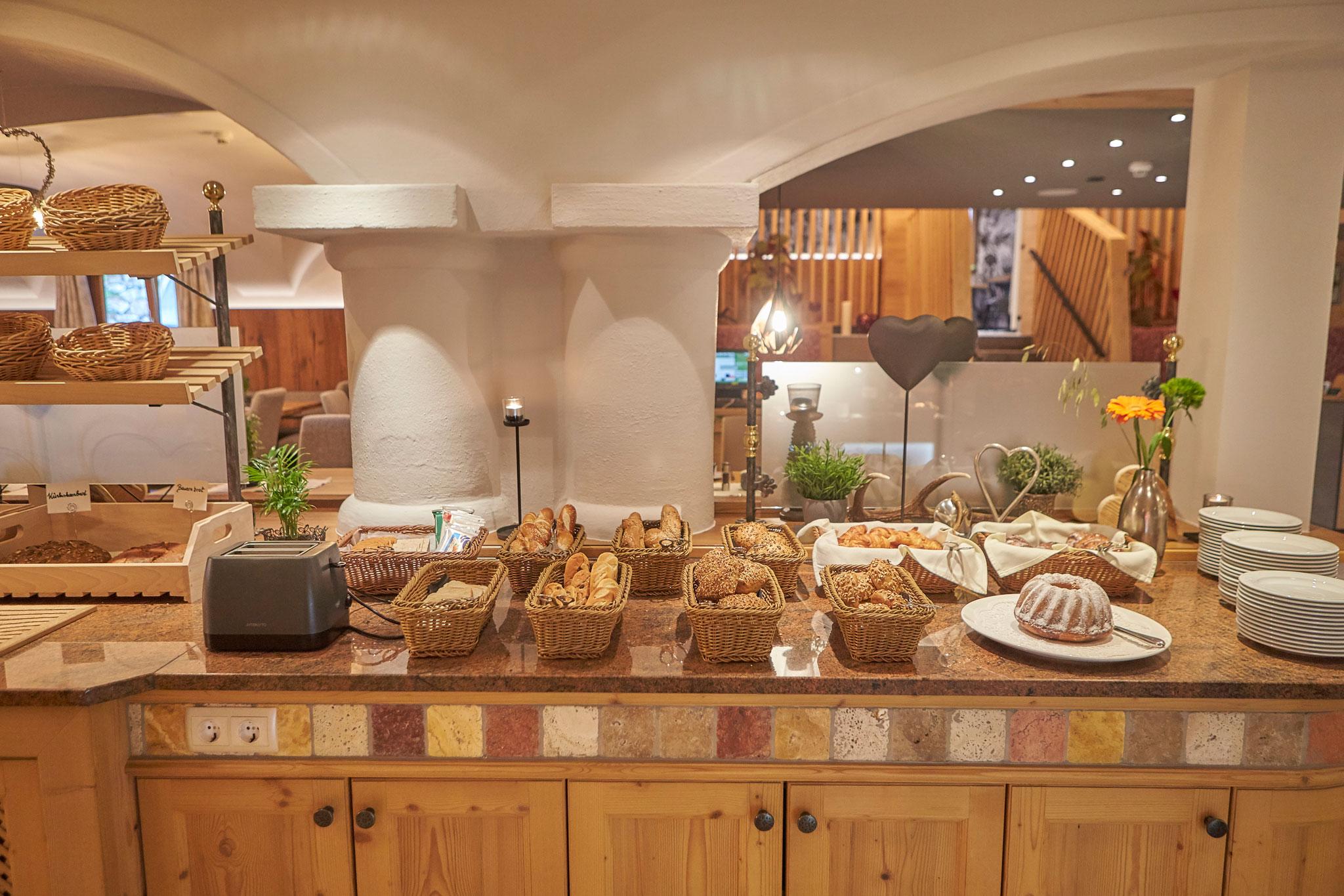 Verschiedenen Gebäcksorten in Körbchen auf dem Frühstücksbuffet