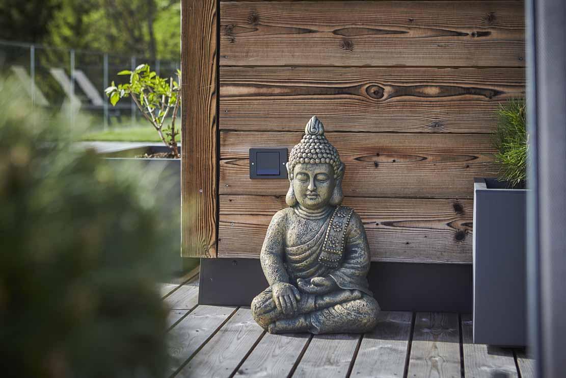 Eine kleine Buddha-Statue auf der Dachterrasse
