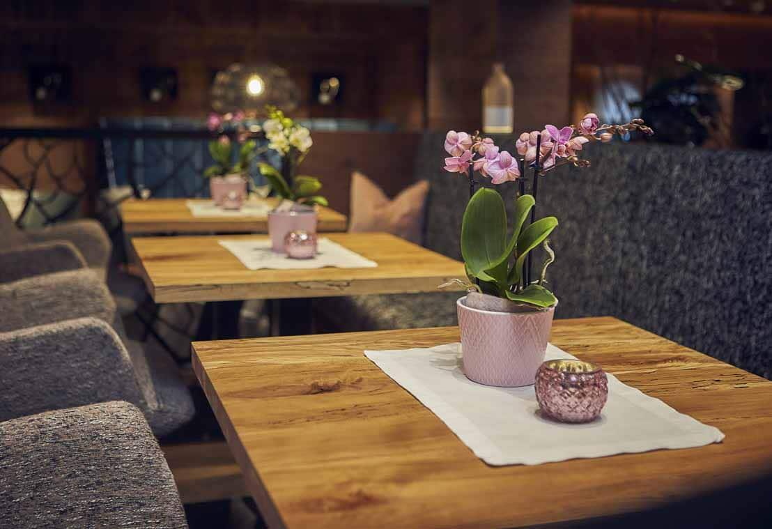 Eine Nahaufnahmen von der Tischdekoration im Loungebereich mit Orchideen