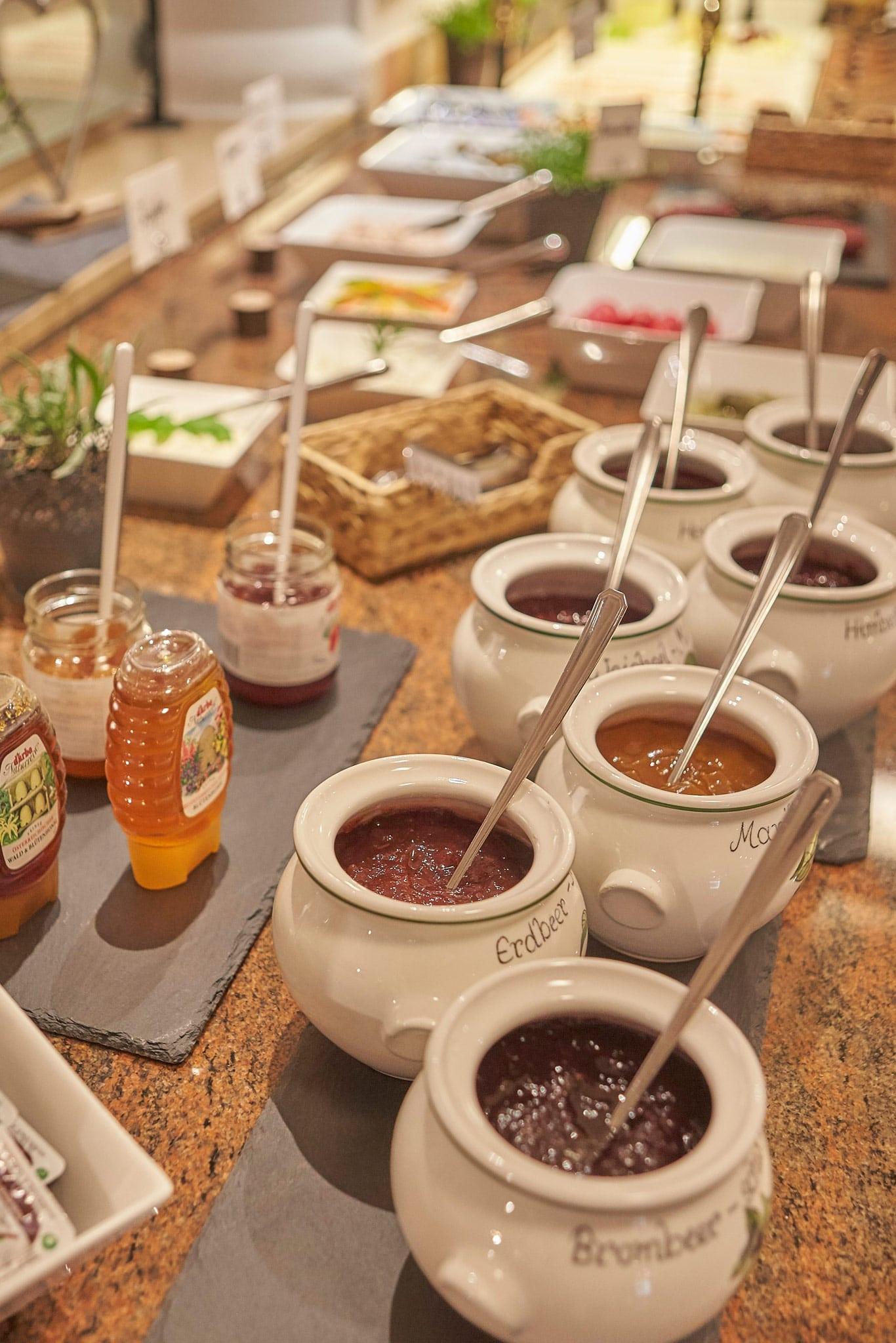 Honig und Marmelade am Buffet