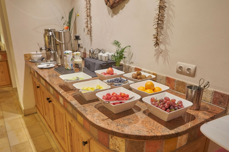 Verschiedenes Obst in weißen Schüsseln am Frühstücksbuffet