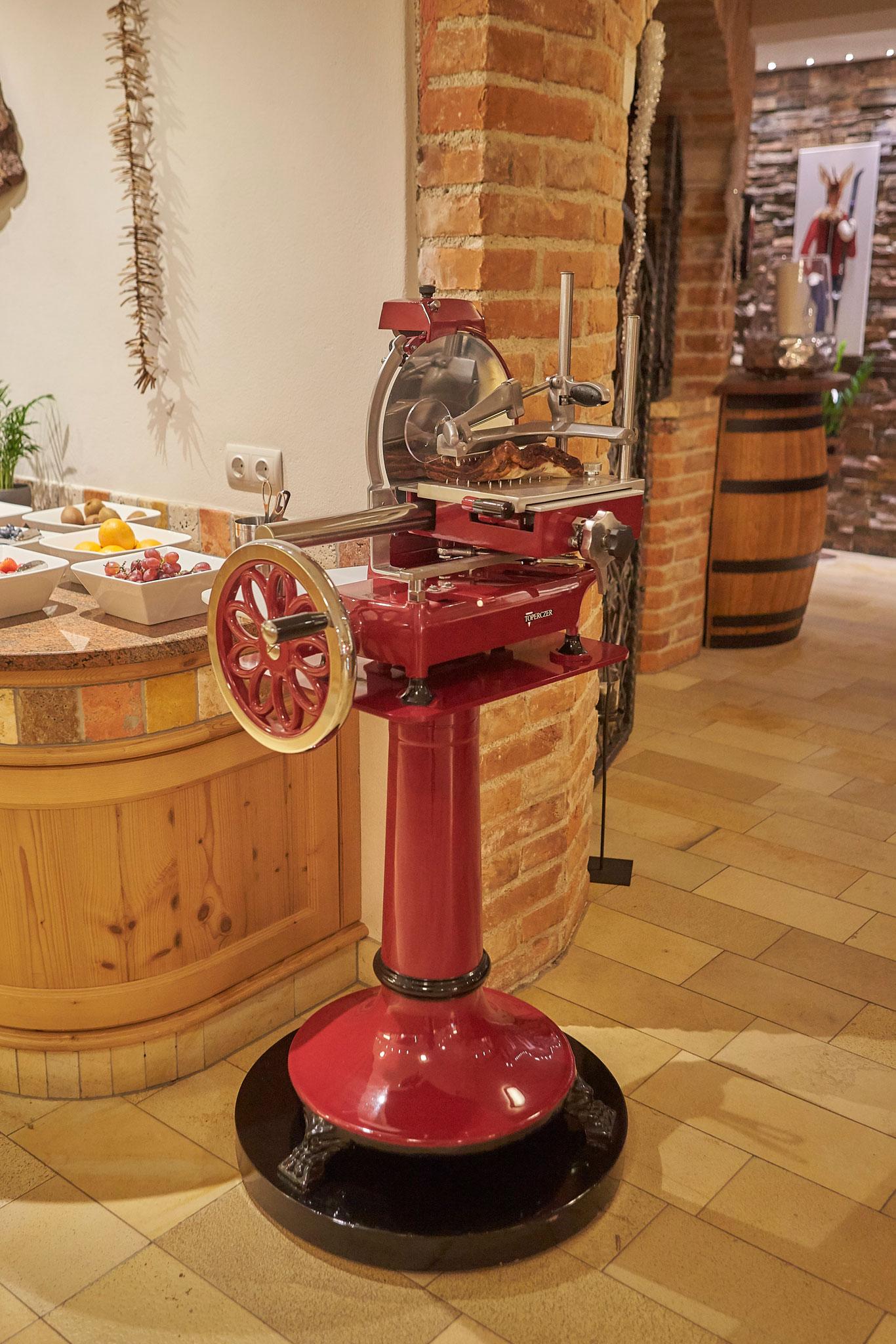 Die rote Prosciutto Maschine am Buffet im Hotel Hasenauer