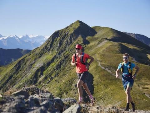 Zwei Personen laufen den Berg nach oben.