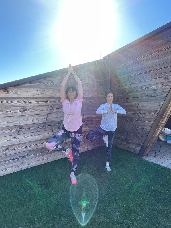 Zwei Frauen welche eine Yoga Position ausüben