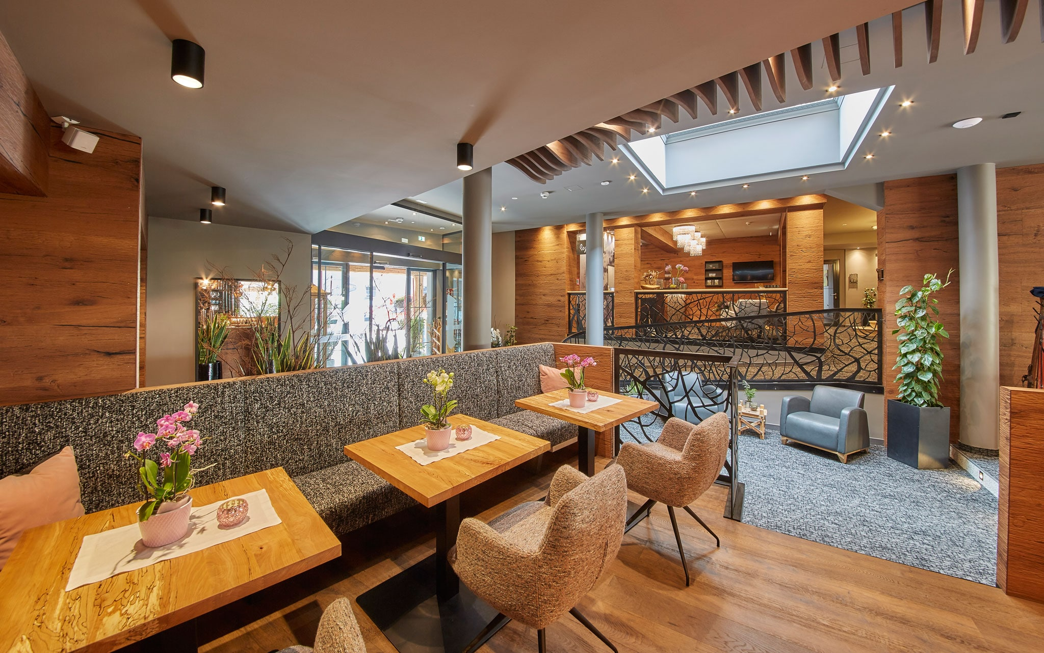 Der Loungebereich mit gemütlichen Stühlen und Tischen sowie einer Sitzbank