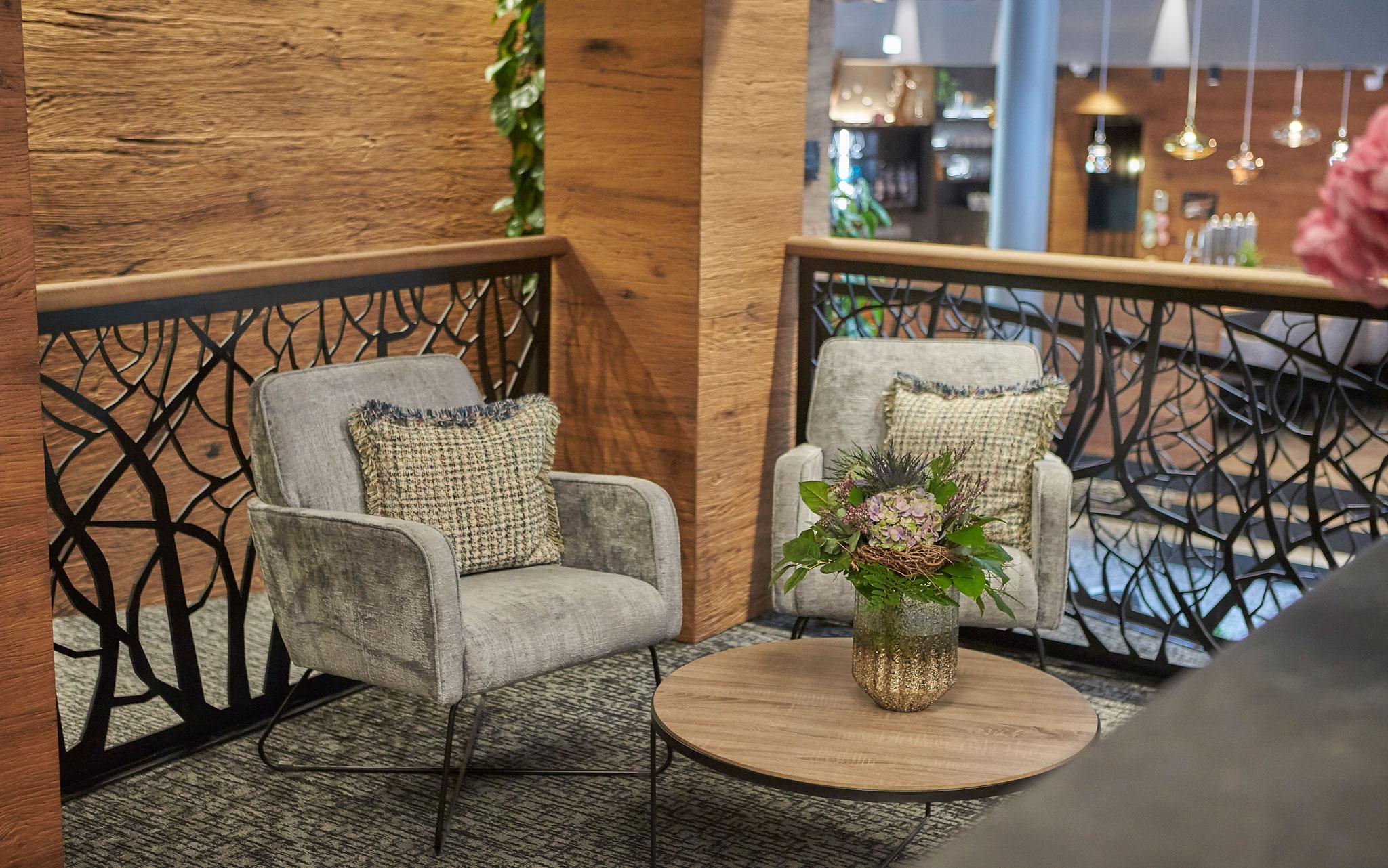 Zwei gemütliche Stühle mit einem niedrigen Tisch in der Lounge des Hotels