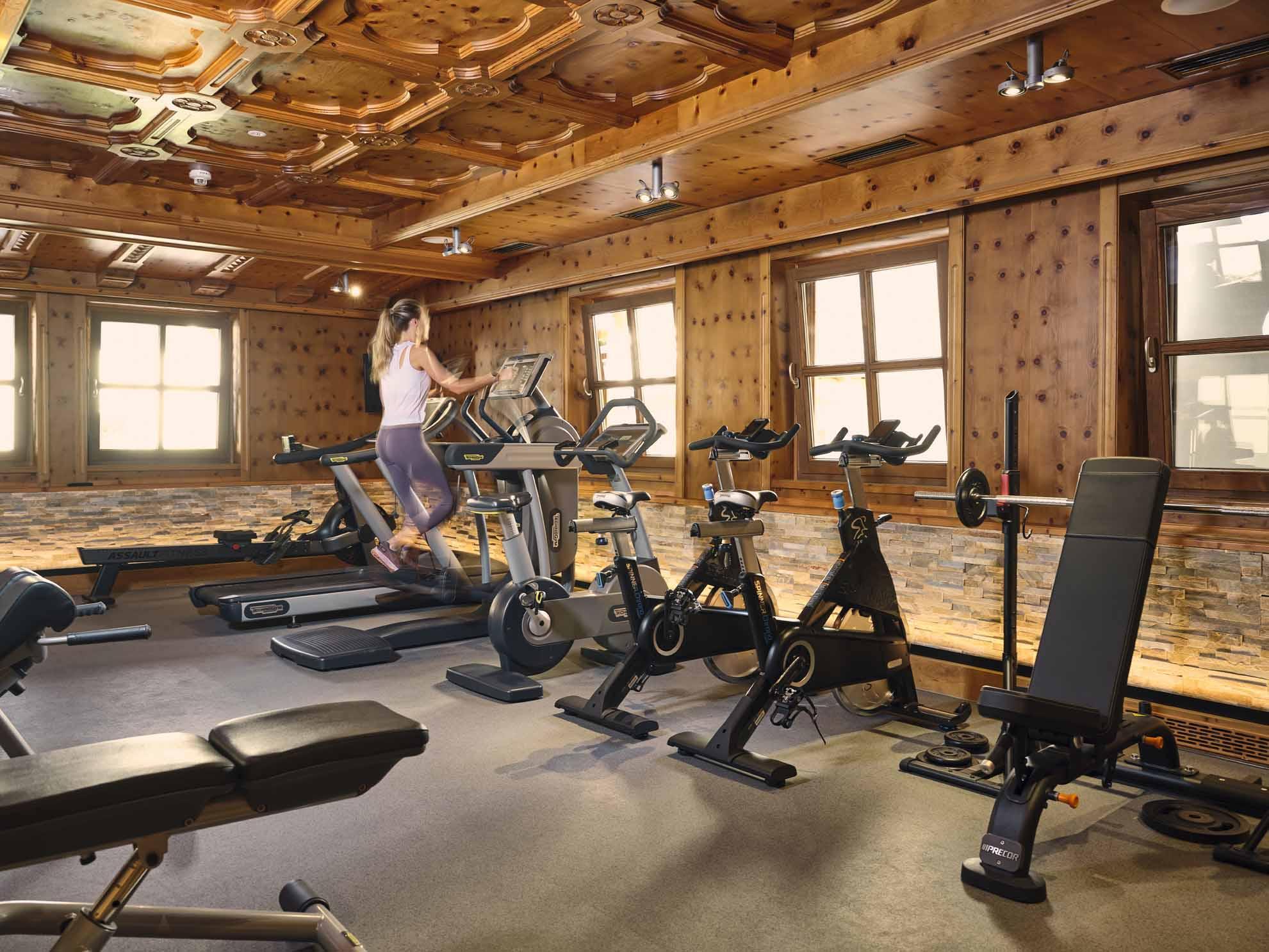 Eine Person trainiert im Fitnessraum