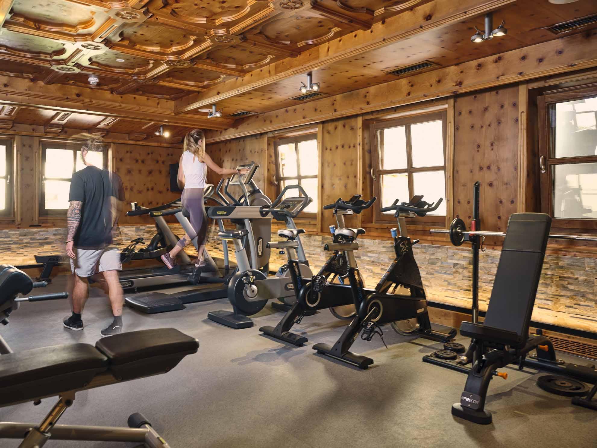 Zwei Personen trainieren im Fitnessraum