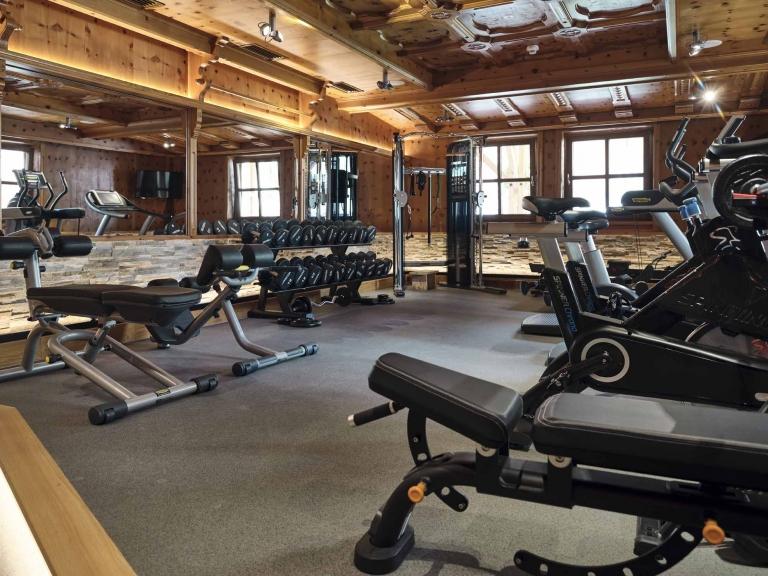 Ein Überblick über den Fitnessraum im Hotel Hasenauer