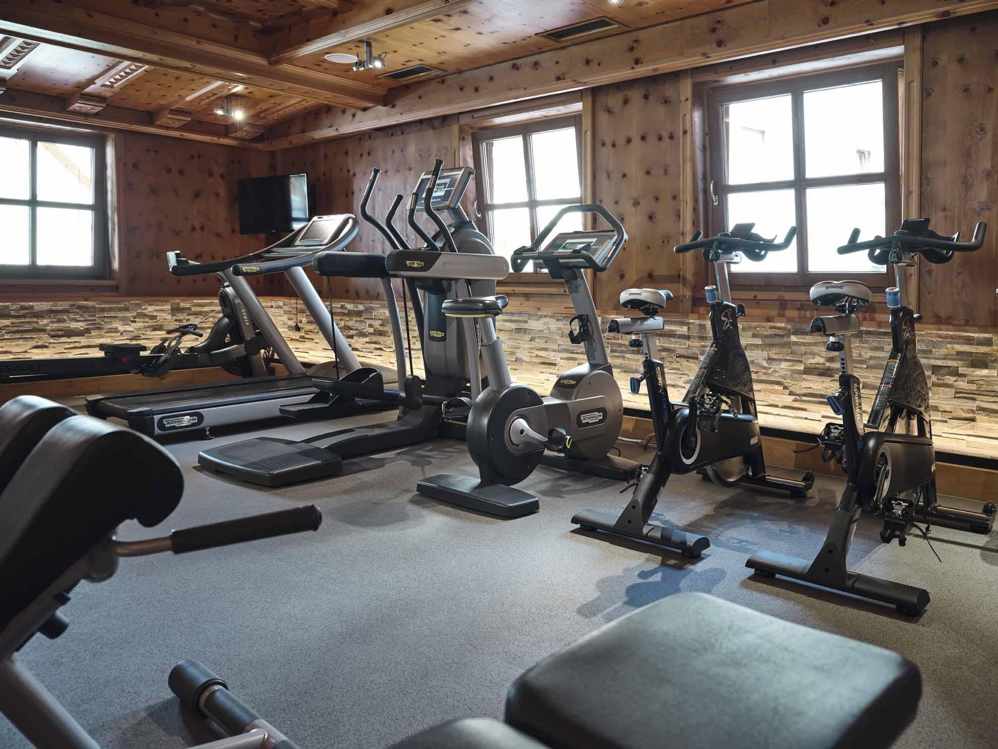 Ergometer, Stepper und Laufband im Fitnessraum