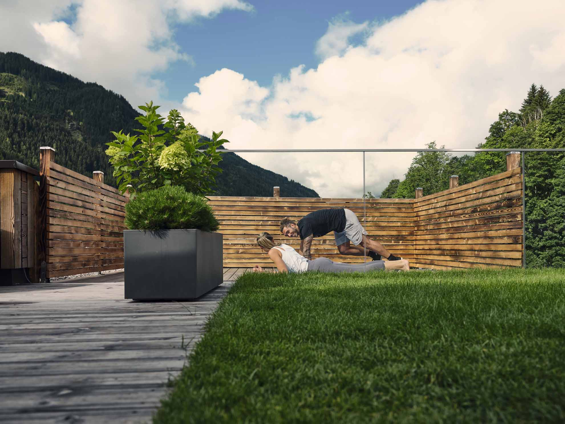 Zwei Personen trainieren auf der Dachterrasse