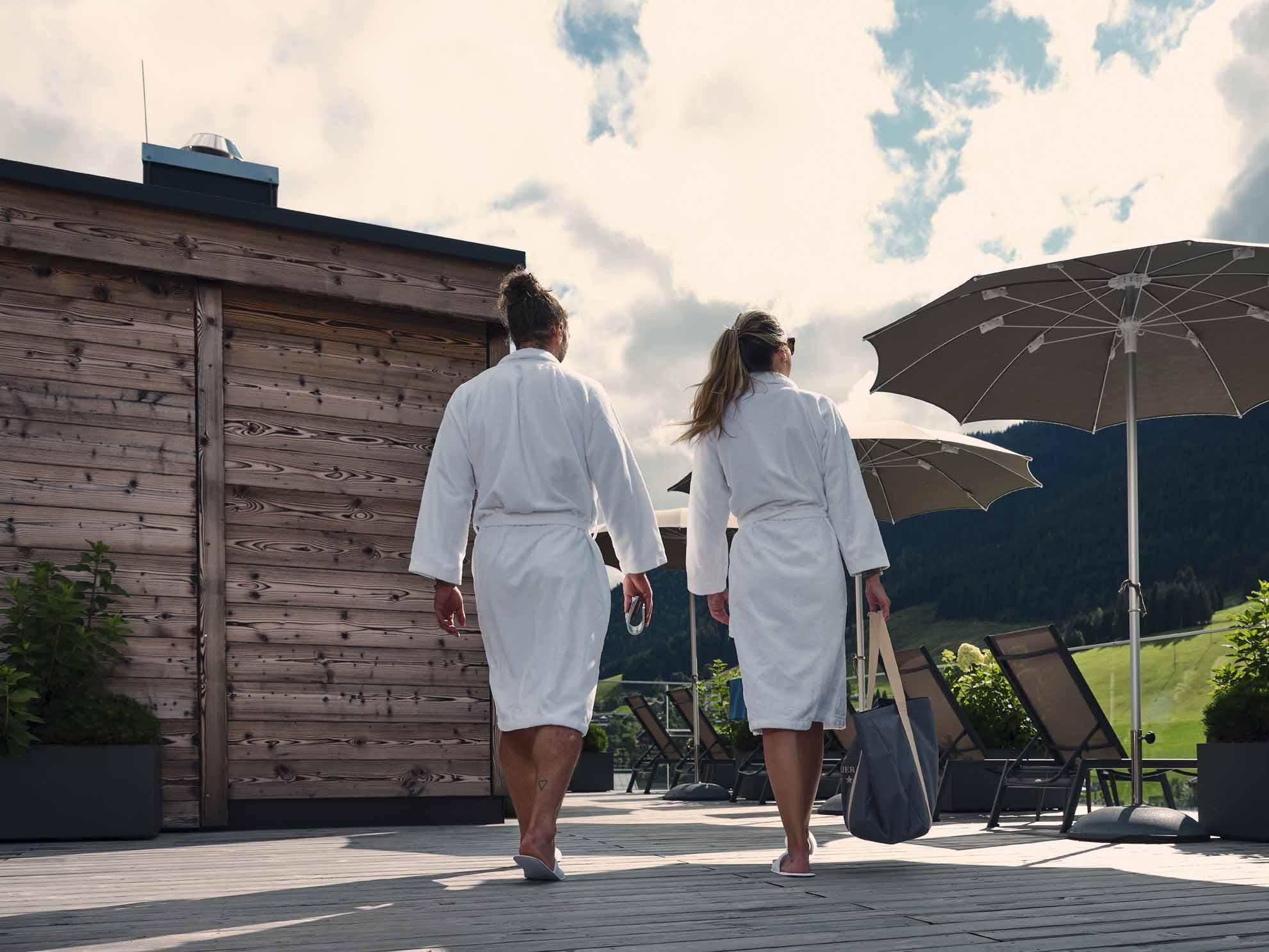 Zwei Personen gehen auf die Dachterrasse im Hotel Hasenauer