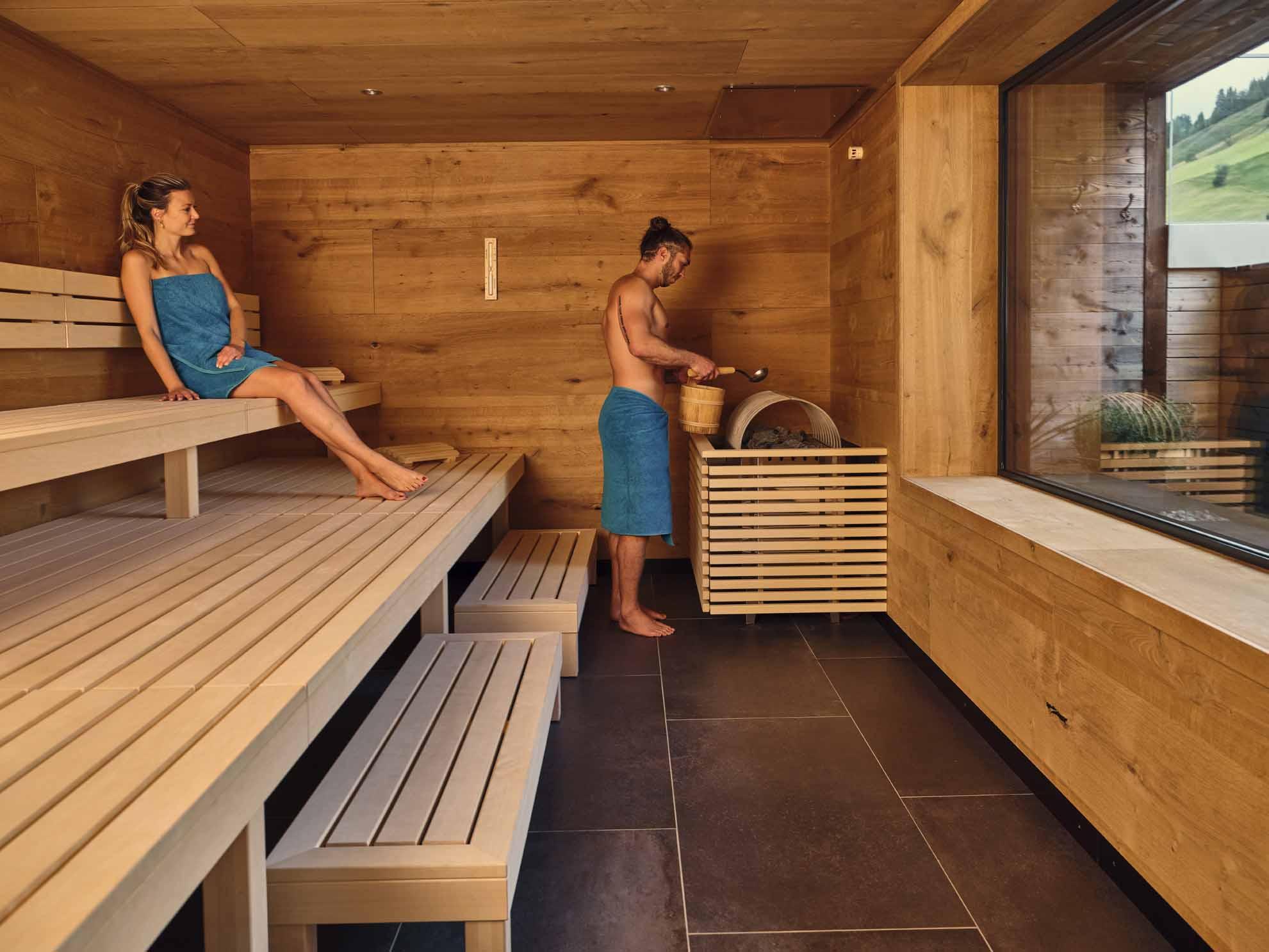 Zwei Personen sind in der Sauna im Hotel Hasenauer