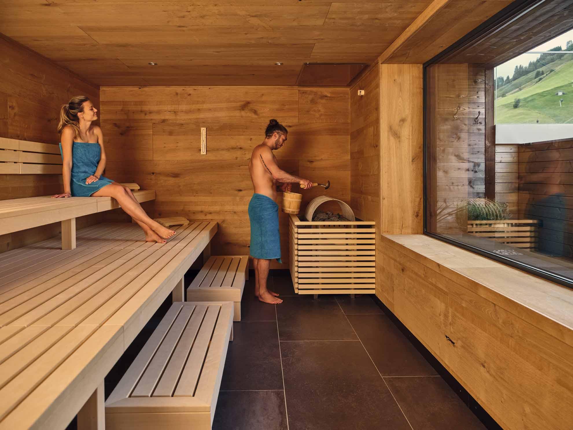 Zwei Personen befinden sich in der Sauna im Hotel Hasenauer