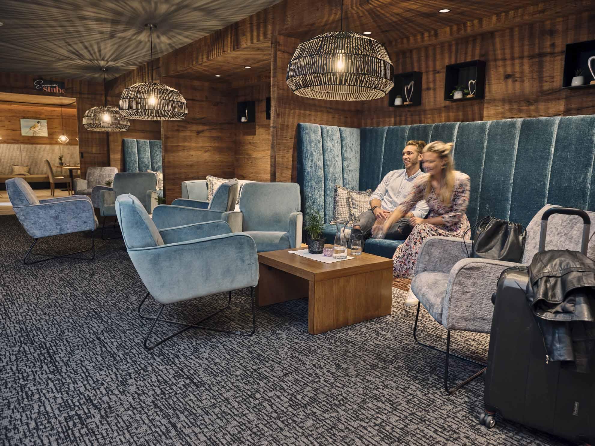 Zwei Personen sitzen in der Lounge und trinken Getränke