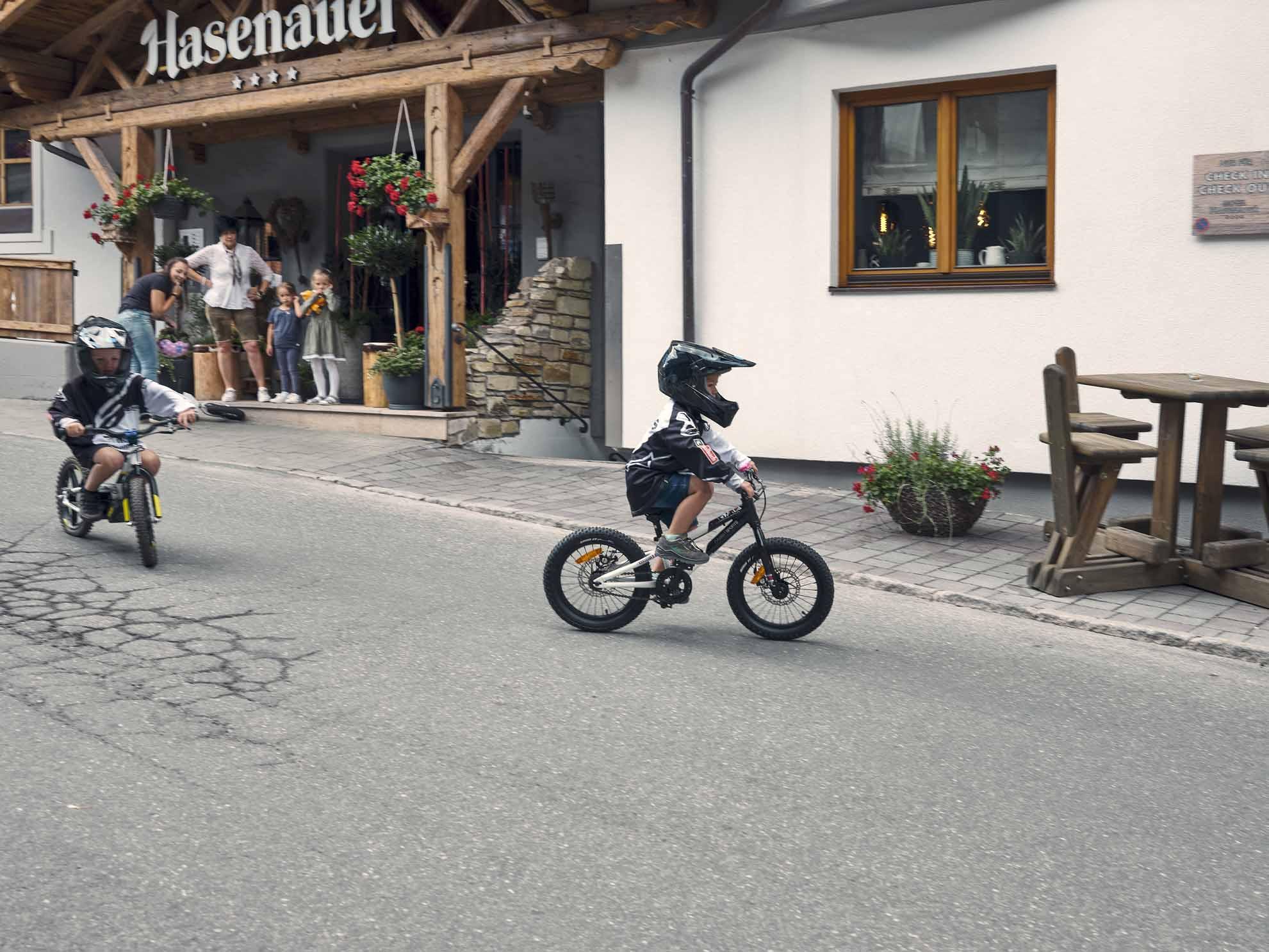 Zwei kleine Kinder fahren auf Mountainbikes