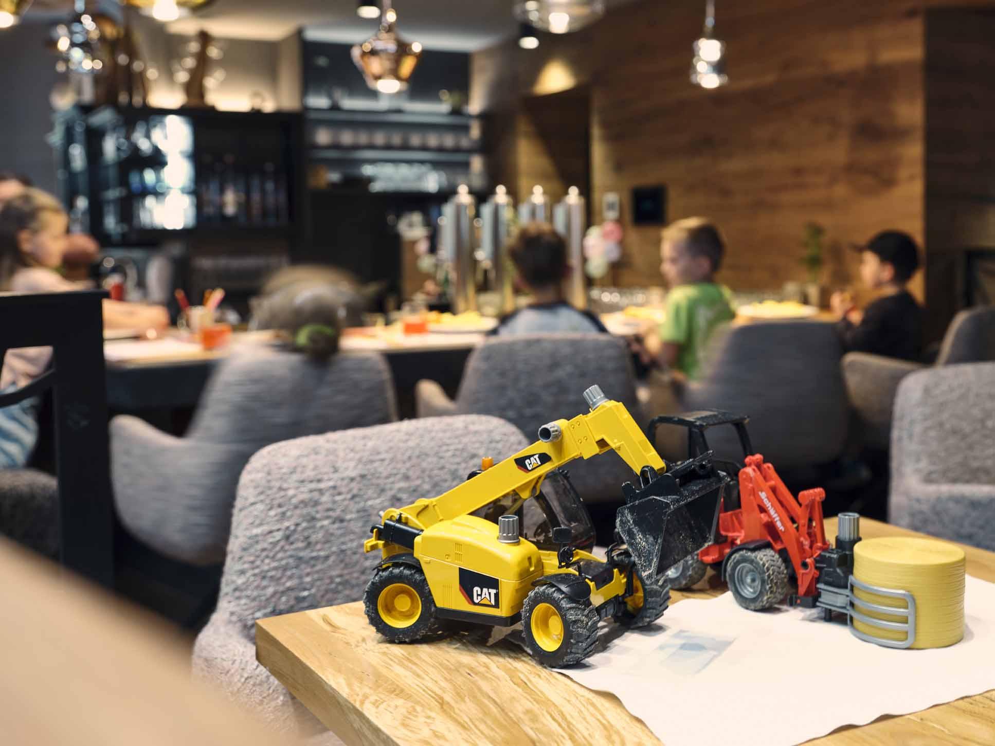 Kinderspielzeug steht bei der Bar mit den Kindern im Hintergrund