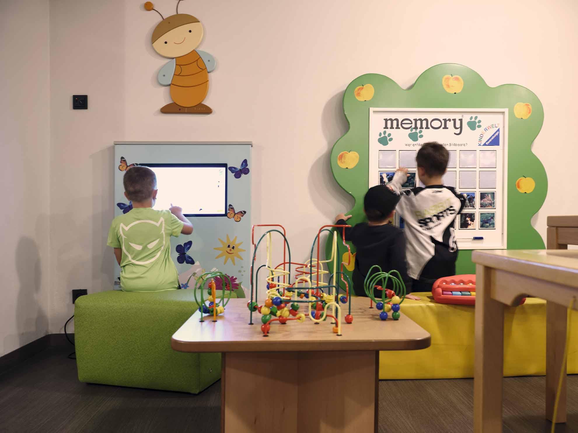 Drei Kinder spielen in der Familien-Spielewelt