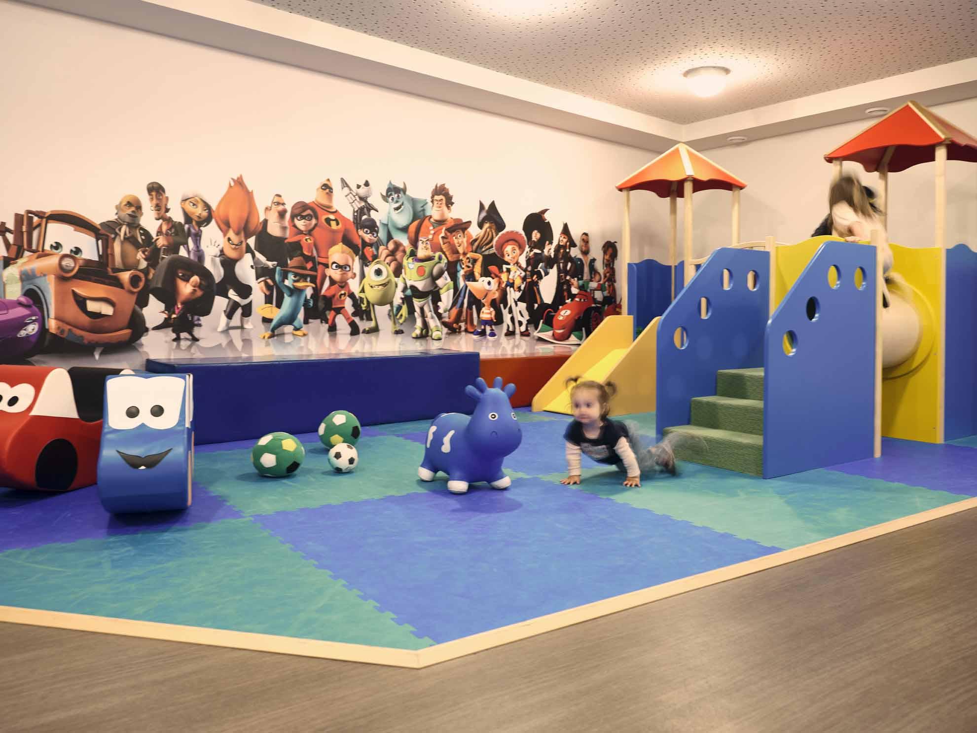 Ein Kind krabbelt am Boden in der Familien-Spielewelt