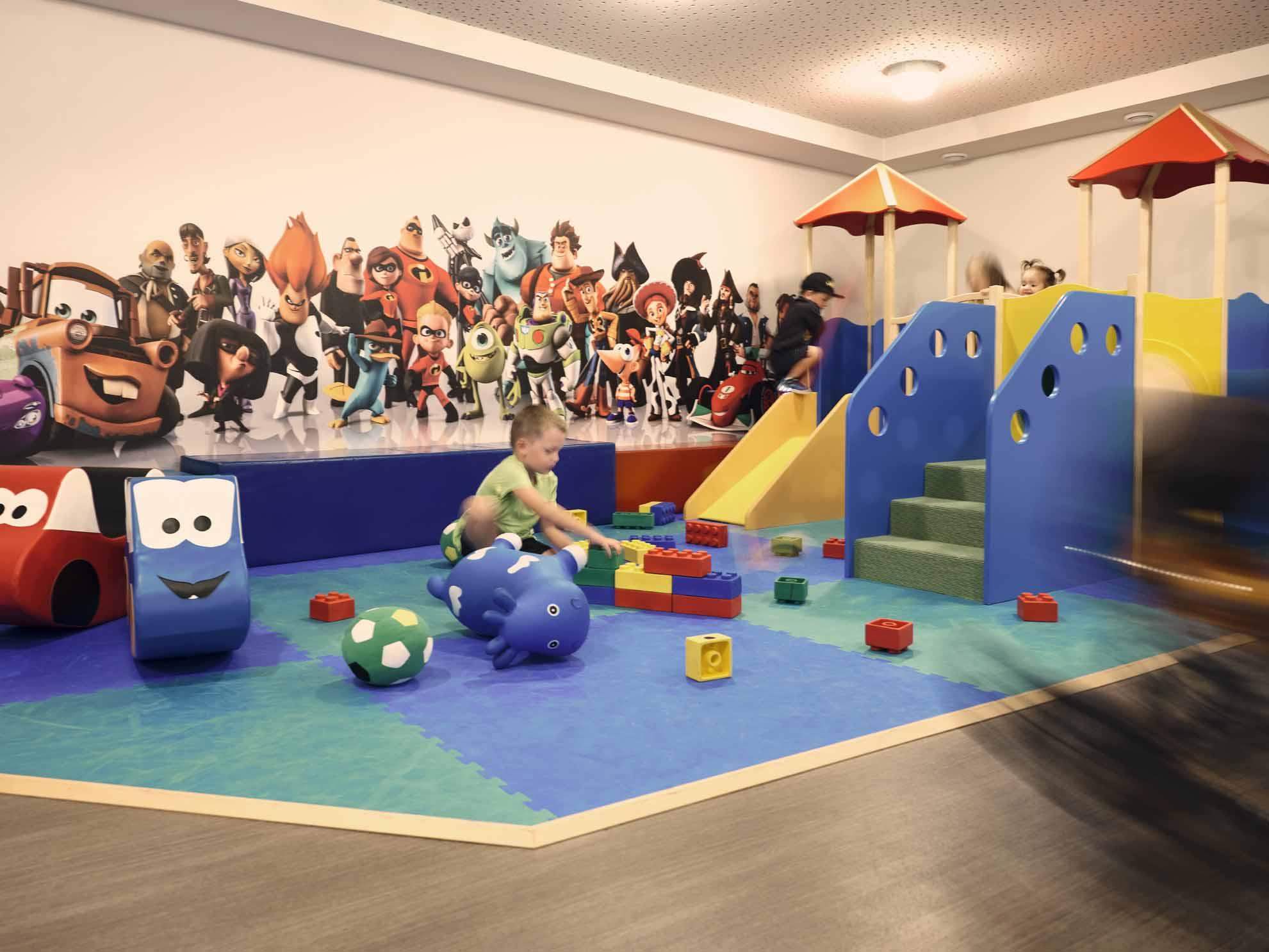 Kinder spielen in der Familien-Spielewelt