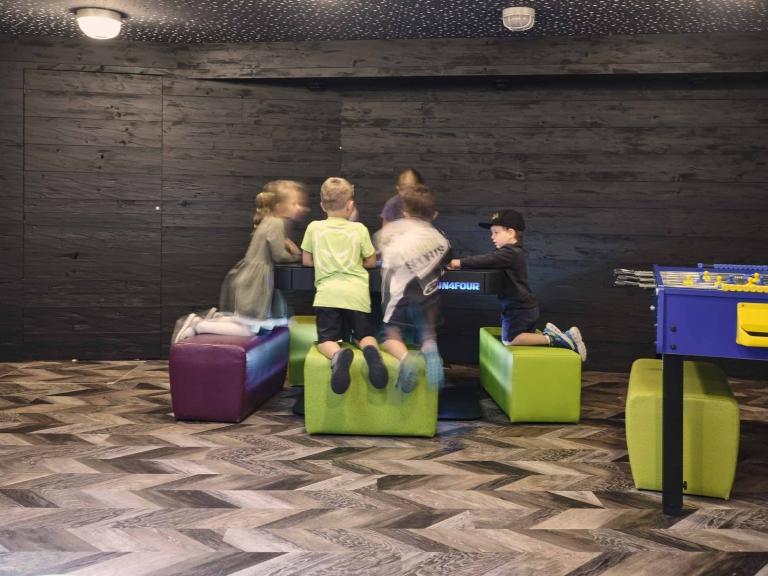 Kinder spielen am Spielecomputer in der Familien-Spielewelt