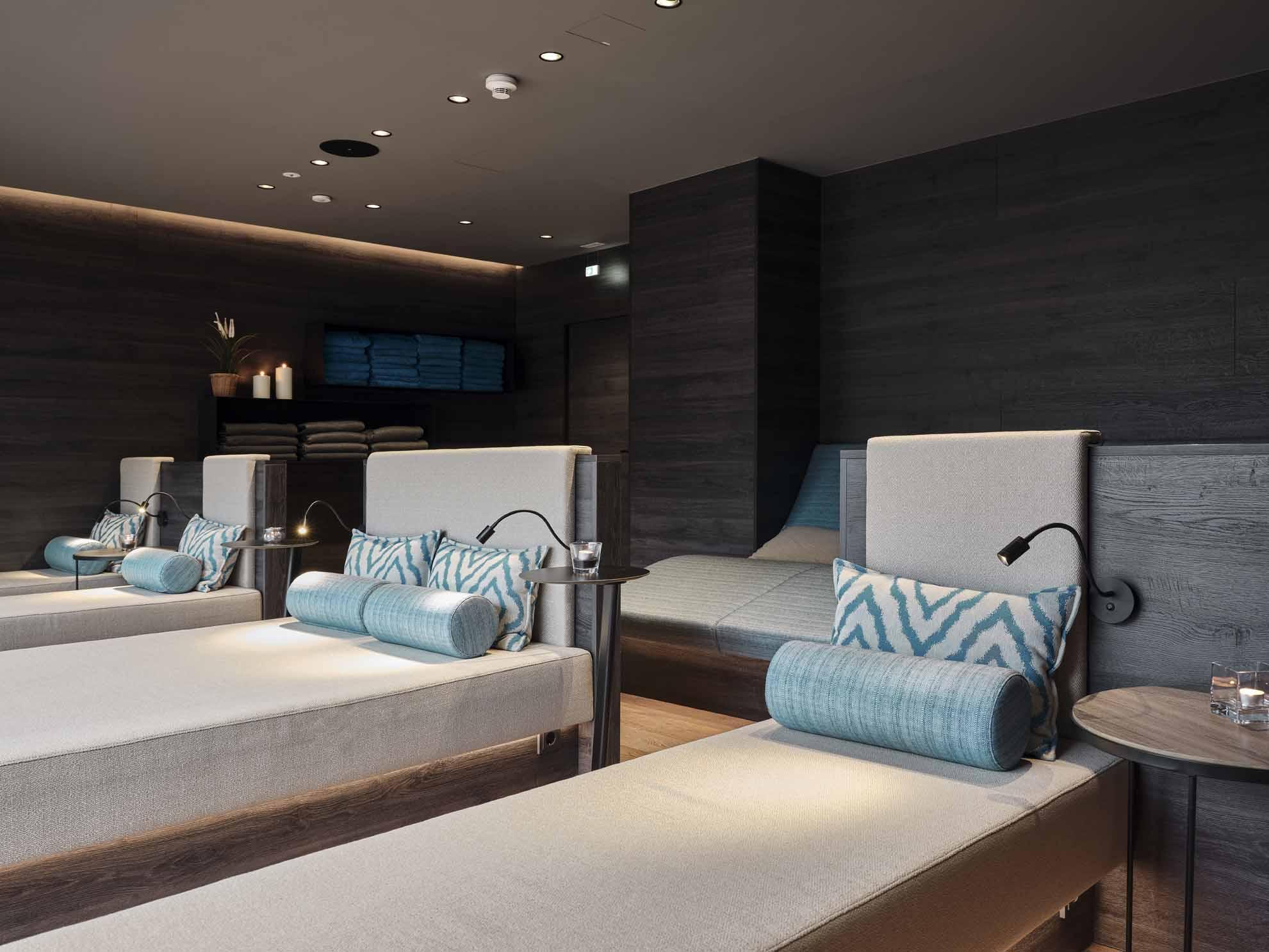 Die Liegebetten im Hasenauer-Ruheraum mit grauen und blauen Auflagen