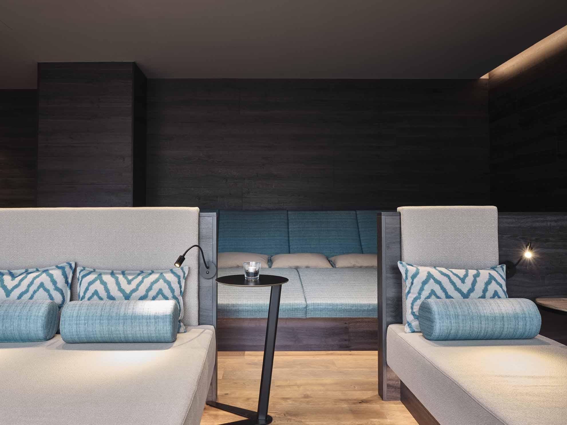 Liegebetten im Hasenauer-Ruheraum mit grauen und blauen Polstern
